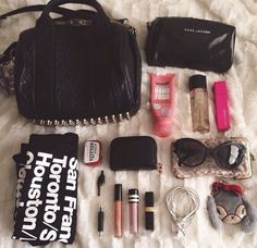 Purse Necessities, Purse Essentials, What In My Bag, What's In Your Bag, Purse Organization, Organizing Bags, Inside My Bag, What's In My Purse, Divas