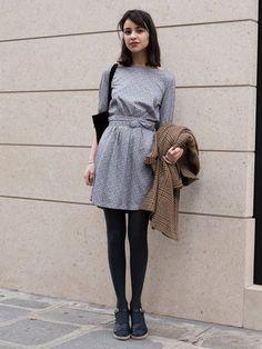 グレーのワンピースと黒のタイツ&靴で上品な印象に。モノトーンコーデだとリップの赤みも映えてキュートです。