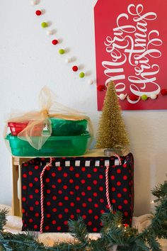 Deliver holiday treats easily with these Rubbermaid containers and easy tote tutorial! #ad #ShareTheHoliday