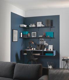 Des étagères qui créent un bureau