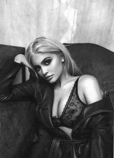 Using sex appeal for monetary gain is the Kardashian way and young Kylie Jenner didn't fall far from the tree. Kylie is using her enhanced natural beauty to Photos Kylie Jenner, Kendall E Kylie Jenner, Estilo Kylie Jenner, Kyle Jenner, Kylie Jenner Style, Kylie Jay, Kylie Minogue, Kim Kardashian, Kardashian Kollection