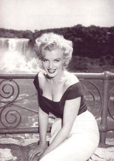 June 1952 Canadian photographer Jock Carroll took her in pictures during the shooting of Niagra.