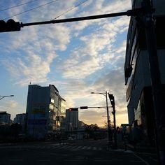 koyote77 / 오늘도 하늘이 예쁘다^^ 이제 연말인데 연말같이않아..ㅠㅠ 일본에 있을때와 많이 다르다. #koyote #seoul #sky #하늘 / #골목 #거리 #하늘 / 2013 12 29 /