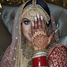 Red bridal lehenga and gold bridal jewellery. Indian bridal makeup and photoshoot ideas Indian Bridal Outfits, Indian Bridal Hairstyles, Indian Bridal Fashion, Indian Bridal Makeup, Wedding Chura, Indian Wedding Bride, Wedding Mehndi, Bridal Bangles, Bridal Jewelry