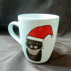 Diese handbemalte Kaffeetasse, inkl. Spruch, wurde mit Porzellanfarben bemalt und im Backofen gebacken. Mystery, Mugs, Tableware, Coffee Cups, Oven, Christmas, Dinnerware, Tumblers, Tablewares