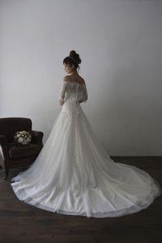 透明感あるレースの大人っぽいドレス。オフショルダーの取り外しできるボレロが付属した2WAYドレスです。