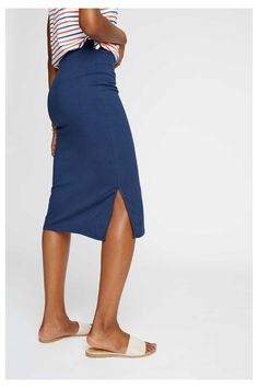 The Keira pencil skirt is a wardrobe classic and will take you from desk to dinner party in an effortless manner. Designed in an essential navy blue, this skirt has a comfortably close fit and has been cut from a stretch-organic jersey. Keep your look simple by styling this piece with classic ankle boots and a sailing top.