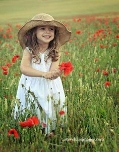 Petite fille dans les champs / Little girl in a poppies field