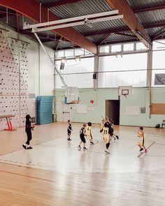 Basketball match enfant Basketball Court, Sports, Family Travel, Child, Hs Sports, Excercise, Sport, Exercise