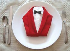 Looking for a few fun napkin folding ideas for the upcoming holiday season? Here, we've rounded up our favorite napkin folding ideas to help you impress your guests without spending a dime. Dinner Napkins, Dinner Table, Kids Crafts, Diy And Crafts, Origami, Napkin Folding, Napkin Rings, Tablescapes, Table Settings