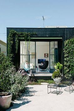 Regards et Maisons le Blog outdoor courtyard and large metal frame windows