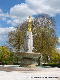 Tours(37)-Fontaine surmontée d'une splendide statue en bronze doré représentant les symboles de l'Amérique, un indien et un aigle.