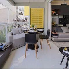 Terraço pequeno, porém cheio de charme!!! Destaque para a composição da mesa com sofá, adorei!!! Projeto by @c_arq #decor #apartamento #decoração #photo #design #decoracion #homestyle #interiordesign #arquitetura #cool #decoration #instagood #decora #followers #criative #reference #glamurama #fabiarquiteta #fabiarquitetainspira