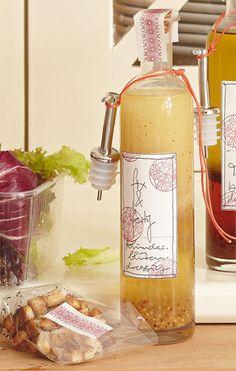 #Holunderblueten-Vinaigrette: 8 EL Weißweinessig Salz frisch gemahlener Pfeffer 8 EL Holunderblütensirup 4 TL körniger #Dijonsenf 235 Milliliter Öl