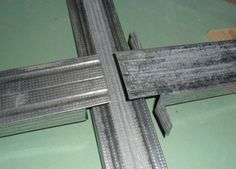 Т-образное соединение профилей гипсокартона Metal Stud Framing, Steel Framing, Pop False Ceiling Design, House Ceiling Design, Tv Wall Decor, Ceiling Decor, Plasterboard Wall, Steel Frame House, Steel Frame Construction