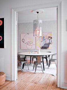 This is the beautiful home of Danish jewellery designer Stine A. Johansen. Stine has decorated the apartment with a mix of design classics and flea market finds. I love how the various works of art bring color to the rooms.