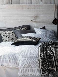 La magia #maya (Ropa de cama): Los estampados geométricos de la cultura maya en tonos neutrales consiguen resultados tan atractivos como estos, bañando tu dormitorio en grises, blancos y negros. #Sábanas