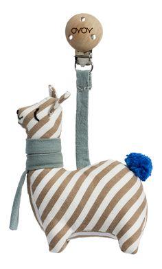 süsses Lama zum Aufhängen von Oyoy aus DänemarkMaterial: 100% Bio BaumwolleGröße: 14 x 8 x 3 cmFarbe: weiß braun blauBefestigung mit Holzclip