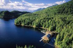Au cœur de la plus grande forêt pluviale protégée du monde, la Great Bear dans le nord canadien, le King Pacific Lodge est un étonnant hôtel flottant. Il faut deux heures et quart d'hydravion depuis Vancouver pour le rejoindre. © King Pacific Lodge