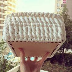 I love the bottom of this crochet basket Diy Crochet Basket, Crochet Bowl, Crochet Basket Pattern, Free Crochet, Knit Crochet, Hand Knitting, Knitting Patterns, Crochet Patterns, Crochet Storage