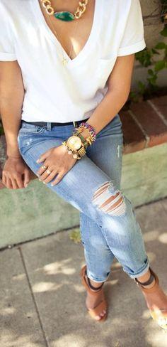 Con maxi collar dorado y jeans