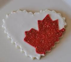 canada cookies - PHOTO ONLY. Probably a shortbread cookie with white icing and fine sugar sprinkles of maple leaf. Leaf Cookies, Fancy Cookies, Cupcake Cookies, Sugar Cookies, Cupcakes, Canada Day 150, Happy Canada Day, Canada Day Crafts, Canada Day Party