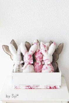 Se Osterhasen aus einem wunderschnem, vintage Rosenstoff im Shabby Chic Look:-)