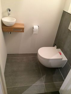 Voorbeeld toiletruimte Bathroom Toilets, Bathroom Renos, Wash Basin Cabinet, Understairs Toilet, Toilet Closet, Tiny Powder Rooms, Downstairs Toilet, Toilet Design, Bathroom Organization