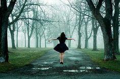 """coisa de mulher...entre outras coisas...: abrindo espaço para uma nova vida... ...Parece difícil, mas não é, vale a pena tentar atravessar o caminho sem medo e com liberdade...  figura reproduzida  """"Às vezes você precisa desistir da vida que planejou e abrir espaço para a vida à sua frente."""""""