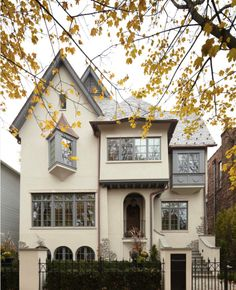 CURB APPEAL – another great example of beautiful design. Old Town, Chicago with traditional exterior in chicago by Jeannie Balsam LLC. Old Town Chicago, Chicago House, Amazing Architecture, Art And Architecture, Architecture Details, Exterior Design, Interior And Exterior, Craftsman Exterior, Exterior Colors