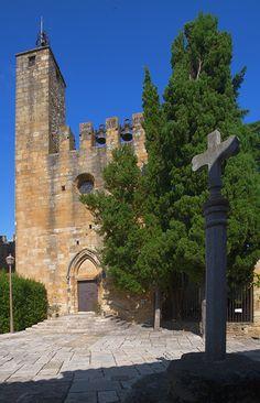 Vulpellac (Girona). La seva aparença medieval i el seu nucli antic, declarat un bé cultural d'interés nacional, transporten el visitant a una època llunyana que permet gaudir d'un entorn cavalleresc i acollidor. TopGirona nº 49 pgs. 8-11