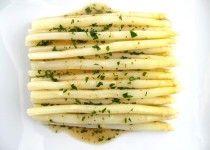 1/2 Pfund Spargel - blanchiert 1 £ frische Krabben Fleisch - gekocht 2/3 Tasse Olivenöl extra vergine - 2 EL Olivenöl extra vergine - 2 Zitronen - 1 TSP Old Bay Würze - ½ Tasse fein  - Petersilie, Thymian ¼ Tasse saure Sahne - 1 Kopf Radicchio - Salz und Pfeffer - 2 EL Petersilie 1/4 Tasse geriebener Parmesan Vorheizen Grill zu hoch. In kleinen Schüssel vermischen 2/3 Tasse Olivenöl, Saft von Zitronen und Kräutern. Marinieren in ¾ der Mischung für 35-40 Minuten. Radiccio grillen
