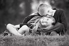 I love this adorable sibling pose - photo by Mindy Myers