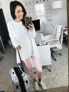 love this casual outfit for travel Cute Travel Outfits, Travel Clothes Women, Travel Outfit Summer, Trendy Outfits, Travel Attire, Packing Clothes, Athleisure Outfits, Summer Accessories, Spring Outfits