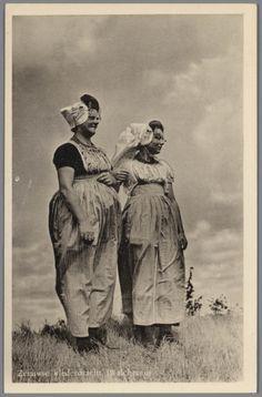 Vrouw en meisje in Walcherse streekdracht. 1945-1952 #Zeeland #Walcheren