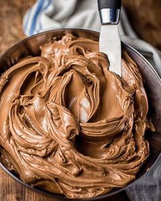 Malted Chocolate Frosting Recipe Creamy, intensely chocolate flavoured this frosting is absolutely the best! Cake Frosting Recipe, Chocolate Frosting Recipes, Homemade Frosting, Chocolate Icing, Chocolate Desserts, Icing Frosting, Modeling Chocolate Recipes, Cream Frosting, Köstliche Desserts
