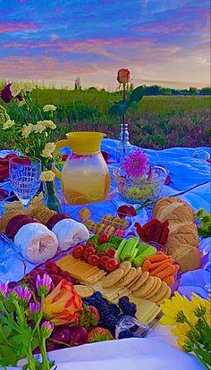 Picnic Date Food, Picnic Foods, Arte Indie, Estilo Indie, Aesthetic Indie, Aesthetic Food, Pink Aesthetic, Picnic Pictures, Comida Picnic