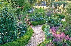 Små stier deler haven op, og inviterer til at gå på opdagelse.