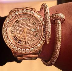 In Loveeeeeeee with this gorgeous diamond covered Rolex