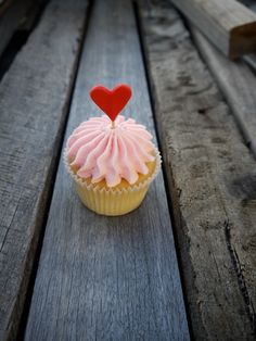 Valentine's Day Cupcakes Fun Valentines Day Ideas, Valentine Day Cupcakes, Be My Valentine, Cupcake Shops, Cupcake Heaven, Cupcake Ideas, Cupcake Cookies, Sweet Tooth, Sweets