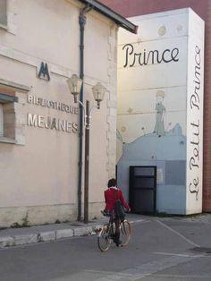 """Biblioteca Mejanes, en Aix-en-Provence: fachada como si fuera el libro """"El principito"""""""