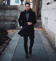 If you are in the market for brand new men's fashion suits, there are a lot of things that you will want to keep in mind to choose the right suits for yourself. Below, we will be going over some of the key tips for buying the best men's fashion suits. Black Outfit Men, Black Outfits, Man Outfit, Simple Outfits, Black Men, Trendy Outfits, All Black Fashion, Winter Fashion, Fashion Men
