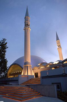 Şakirin Mosque in Istanbul, Turkey. Opened in 2009. 10,000 square meters in area. It has two minarets, each 35 meters high, and a dome of aluminium composite. Architect: Hüsrev Tayla