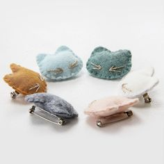 """La broche """"Mon petit chat"""" - Hello my page Felt Crafts Diy, Felt Diy, Fabric Crafts, Sewing Crafts, Sewing Tips, Felt Brooch, Couture Sewing, Bijoux Diy, Diy Hairstyles"""