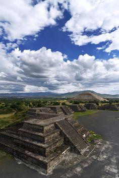 Pirámide del Sol, desde la Pirámide de La Luna.  Teotihuacán, estado de México.