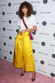 Zendaya at BeautyCon 2017 : Zendaya once again made heads turn by pairing her attention-grabbing Adam Lippes yellow trousers with a white tee Casadei shoes and Prada cross-bag. Her hairstyle and makeup was just right. Zendaya Outfits, Zendaya Style, Zendaya Fashion, Tailor Made Suits, Beautycon, Zendaya Coleman, Celebrity Look, Celeb Style, Queen