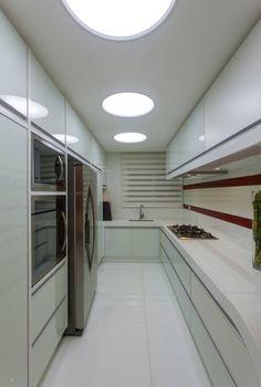 Cozinha pequena e moderna, branca e vermelha com layout corredor! - Decor Salteado - Blog de Decoração e Arquitetura
