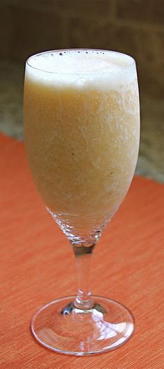 Green Tea Smoothie by jeanetteshealthyliving: Worth a whirl. Try peach or almond/honey/yogurt versions. What you need: 1 large peach (sliced and pitted) & a banana 1 green tea bag & cup of ice cubes 1 tablespoon of honey Best Smoothie, Green Tea Smoothie, Tea Smoothies, Juice Smoothie, Smoothie Drinks, Healthy Smoothies, Healthy Drinks, Smoothie Recipes, Healthy Snacks