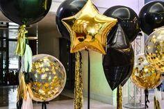 Фотозона на день рождения или вечеринку. Гигантские прозрачные шары с золотым конфетти и хвостом из тассел гирлянды. Золотые фольгированные шары звезды и черные шары звезды. Больше фотографий этой фотозоны у нас на сайте: http://www.tolstiyangel.ru/vzroslyj-den-rozhdenija   Black clear gold foil star big balloons with tassel garland party photozone  