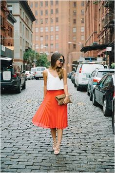Nistas, how could you ever say no to an orange pleated skirt?! This look is absolutely timeless! | Mesonista